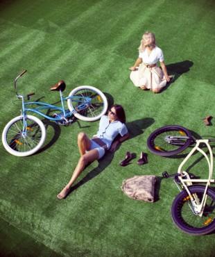 Анна Кастерова и Алена Акиньшина с велосипедами