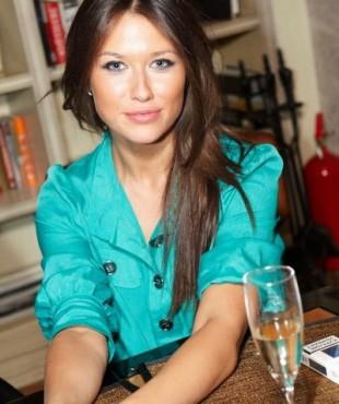 Анна Кастерова за столом