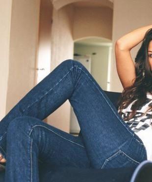 Анна Кастерова, нога на ногу, в джинсах