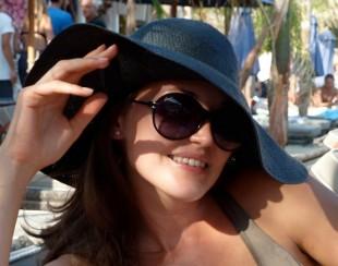 Ирина Шадрина, в солнечных очках и шляпке