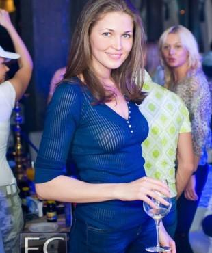Ирина Шадрина на празднике с бокалом вина