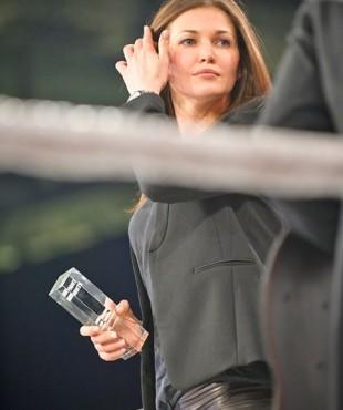 Ирина Шадрина вручает награду