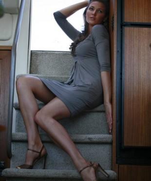 Ирина Шадрина на яхте, на ступеньках