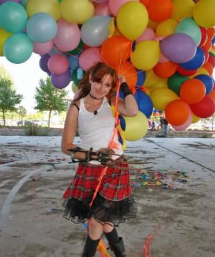 Кари Байрон (Kari Byron) с шарами
