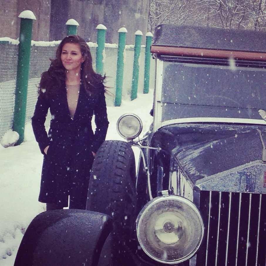 Ирина Шадрина возле стариного автомобиля