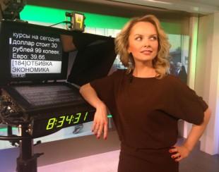 Как развлекаются телеведущие: Ксения Демидова катается на самокате в офисе