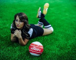 Мария Командная, на газоне с мячом