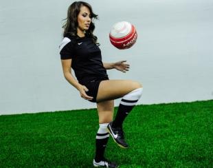 Телеведущая играет в футбол